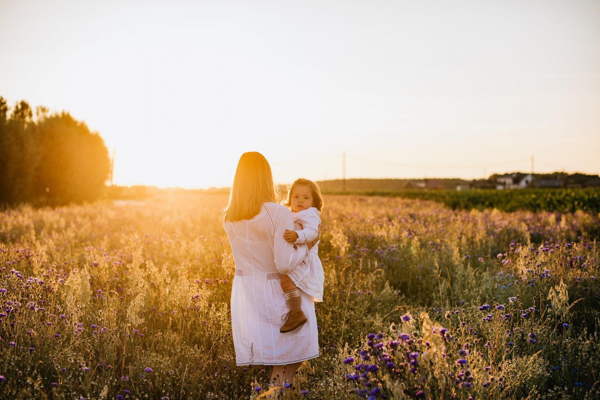 Nore en Elena gezinsshoot bloemenveld golden hour